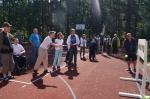 Mieszkańcy rzucają piłką do tarczy.jpg - miniatura z galerii zdjęć (otwórz zdjęcie w powiększonej wersji)