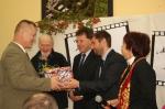 Pan Adam odbiera nagrodę - miniatura z galerii zdjęć (otwórz zdjęcie w powiększonej wersji)