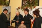 Pan Mariusz odbiera nagrodę - miniatura z galerii zdjęć (otwórz zdjęcie w powiększonej wersji)