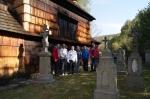 Mieszkańcy na cmentarzu przy cerkwi - miniatura z galerii zdjęć (otwórz zdjęcie w powiększonej wersji)