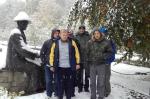 Mieszkańcy przy pomniku Nikifora - miniatura z galerii zdjęć (otwórz zdjęcie w powiększonej wersji)