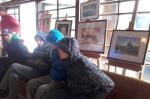 Mieszkańcy przy wystawie prac malarskich  - miniatura z galerii zdjęć (otwórz zdjęcie w powiększonej wersji)
