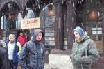Mieszkańcy przed pijalnią wód zdrojowych - miniatura z galerii zdjęć (otwórz zdjęcie w powiększonej wersji)