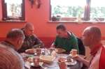 Mieszkańcy podczas obiadu w restauracji - miniatura z galerii zdjęć (otwórz zdjęcie w powiększonej wersji)