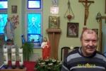 Mieszkaniec przed ołtarzem w kaplicy - miniatura z galerii zdjęć (otwórz zdjęcie w powiększonej wersji)