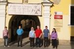 Mieszkańcy DPS przed muzeum - miniatura z galerii zdjęć (otwórz zdjęcie w powiększonej wersji)