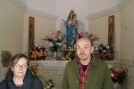 Mieszkańcy we wnętrzu kaplicy - miniatura z galerii zdjęć (otwórz zdjęcie w powiększonej wersji)