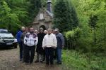 Grupa mieszkańców przed Kaplicą w Mrukowej - miniatura z galerii zdjęć (otwórz zdjęcie w powiększonej wersji)