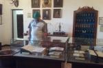 Uczestnik wycieczki oglądający eksponaty - miniatura z galerii zdjęć (otwórz zdjęcie w powiększonej wersji)