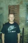 Mieszkaniec DPS przed ekspozycją muzelną - miniatura z galerii zdjęć (otwórz zdjęcie w powiększonej wersji)